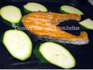 Salmão no grelhador com courgete copy
