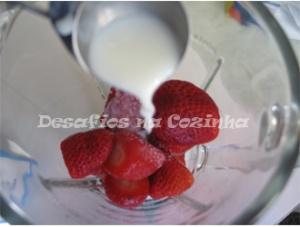 Juntar leite aos morangos copy