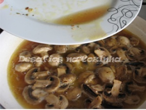 Juntar suco da carne aos cogumelos copy