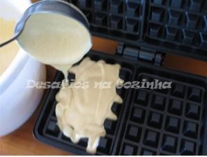 colocar massa na máquina-waffles copy