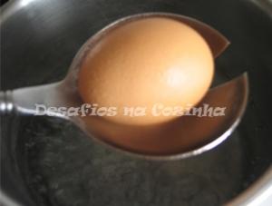 Colocar ovo na água a ferver com colher copy