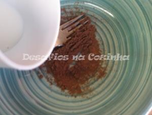 Deitar leite em chocolate em pó copy