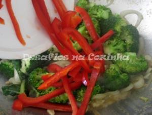 Juntar bróculos e pimento copy