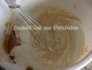 Juntar as natas ao leite condensado copy