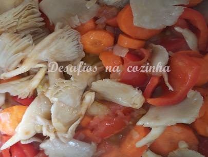 juntar cenouras, cogumelos, tomate