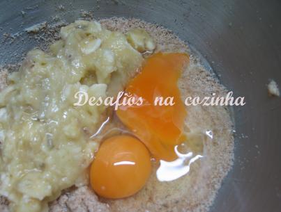 Misturar banana com a farinha